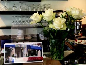 Blumen im Café