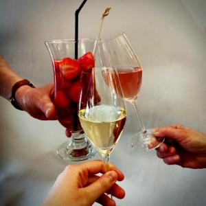 Feiern im Bistro mit Sekt, Wein und anderen Leckereien
