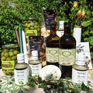Feines Olivenöl, Kracker und Oliven