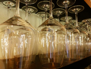 Weingläser im Bistro
